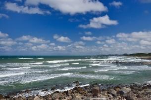 日本海と白い雲の写真素材 [FYI01720549]