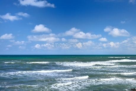 日本海と白い雲の写真素材 [FYI01720581]