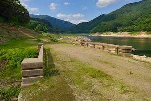 渇水の草木ダムと旧国道の写真素材 [FYI01720736]