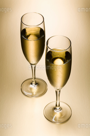 2つのシャンパングラスの写真素材 [FYI01720780]