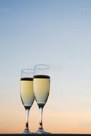 夕暮れ空と2つのシャンパングラスの写真素材 [FYI01720872]