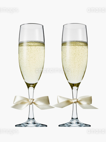 リボンが付けられた2つのシャンパングラスの写真素材 [FYI01721035]