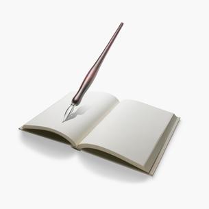 本とペンの写真素材 [FYI01721147]