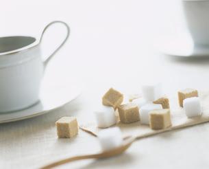 角砂糖と白いコーヒーカップの写真素材 [FYI01721277]