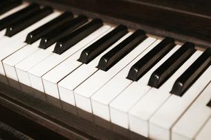 ピアノの鍵盤の写真素材 [FYI01721298]