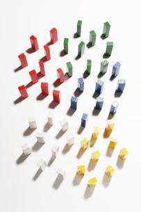 並んで直立する5色の積み木の写真素材 [FYI01721474]