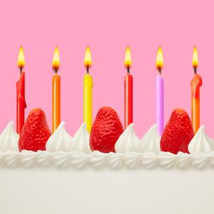 ロウソクとショートケーキ イメージ スイーツデコの写真素材 [FYI01721511]