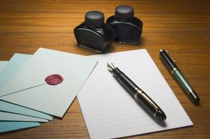 テーブル上の手紙と万年筆の写真素材 [FYI01721683]