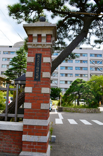 新潟大学医学部(旧新潟医学専門学校)表門及び煉瓦塀の写真素材 [FYI01723611]