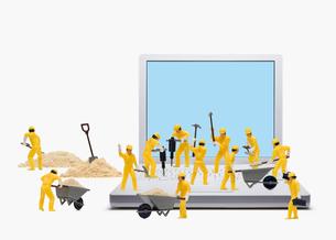 パソコンと工事の写真素材 [FYI01724259]