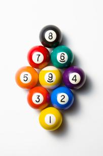 並べられたビリヤードのボールの写真素材 [FYI01724366]