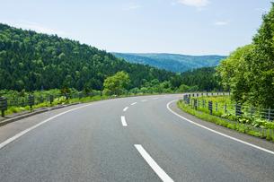 カーブする道路の写真素材 [FYI01724515]