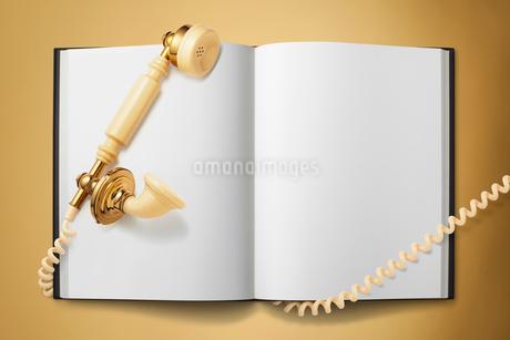電話の受話器とノートの写真素材 [FYI01724521]
