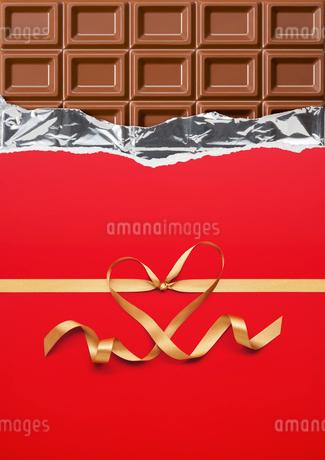 チョコレートとハートを形作るリボンの写真素材 [FYI01724526]
