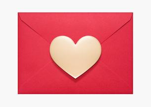ハートのバレンタインチョコと封筒の写真素材 [FYI01724531]