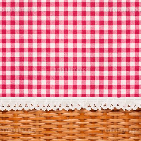 チェックの生地と編みかごの写真素材 [FYI01724547]