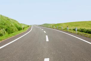カーブする道路の写真素材 [FYI01724679]