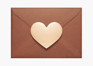 ハートのバレンタインチョコと封筒の写真素材 [FYI01724689]