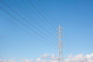 送電線と鉄塔と空の写真素材 [FYI01724712]