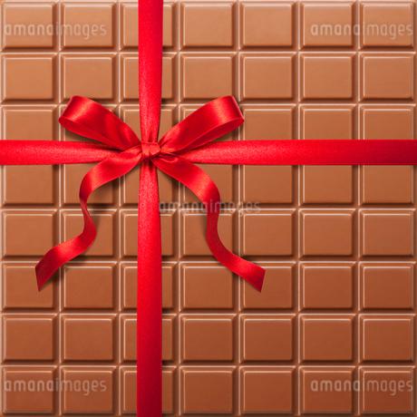 チョコレートと赤いリボンの写真素材 [FYI01724818]