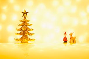 クリスマスツリーとサンタとトナカイの写真素材 [FYI01724819]