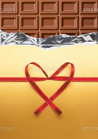 チョコレートとハートを形作るリボンの写真素材 [FYI01724823]