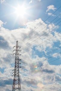 送電線と鉄塔と空の写真素材 [FYI01724863]