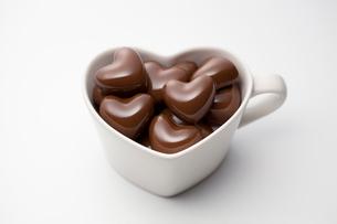 ハートのチョコレートとハートのカップの写真素材 [FYI01725001]