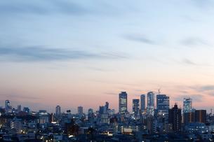 名古屋駅方面の高層ビル群を望む名古屋の夕暮れの写真素材 [FYI01725101]