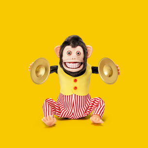 シンバルをたたくサルのおもちゃの写真素材 [FYI01725122]