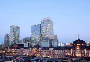 東京駅丸の内駅舎と高層ビルの夜景の写真素材 [FYI01725142]