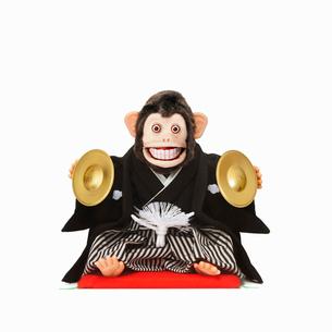 シンバルをたたくサルのおもちゃの写真素材 [FYI01725157]
