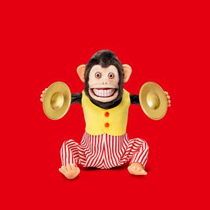 シンバルをたたくサルのおもちゃの写真素材 [FYI01725223]