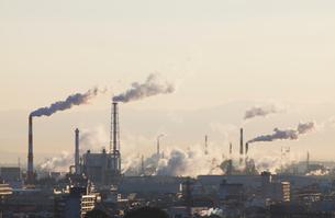 煙が立つ工場の朝の風景の写真素材 [FYI01725231]