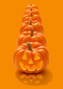 縦に並ぶハロウィンのかぼちゃのおばけの写真素材 [FYI01725258]