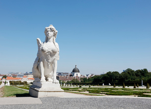 ベルヴェデーレ宮殿の庭園とスフィンクス像 ウィーンの写真素材 [FYI01725273]