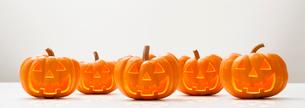 横並びのハロウィンのかぼちゃのおばけの写真素材 [FYI01725276]
