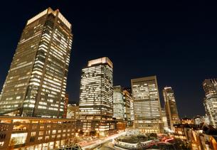 東京丸の内の高層ビル群と東京駅駅舎の夜景の写真素材 [FYI01725292]
