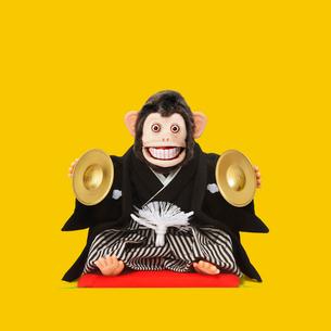 シンバルをたたくサルのおもちゃの写真素材 [FYI01725314]