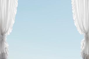 レースのカーテンと青空の写真素材 [FYI01725321]