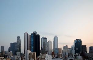 東京新宿のビル群の夕景の写真素材 [FYI01725330]