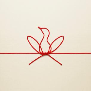 赤い紐でつくった酉のイメージの写真素材 [FYI01725405]