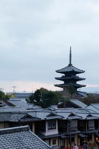 八坂の塔と京の町並みの写真素材 [FYI01725442]