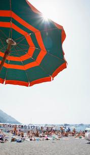 パラソルとアマルフィ海岸の海水浴場の写真素材 [FYI01725458]