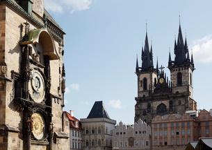 旧市庁舎の天文時計とティーン教会 プラハ チェコ共和国の写真素材 [FYI01725534]
