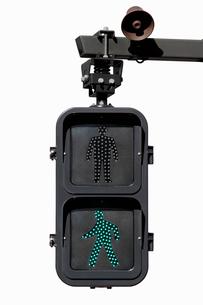 青信号の点灯する歩行者信号の写真素材 [FYI01725624]