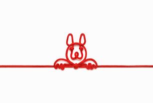 赤い紐でつくった犬(戌)のイメージの写真素材 [FYI01725635]