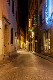 フィレンツェの路地の夜景の写真素材 [FYI01725659]