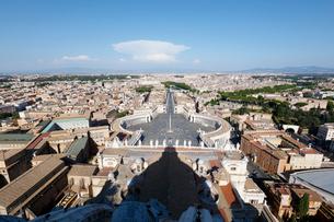 サン・ピエトロ大聖堂より望むバチカン市国とローマの街並みの写真素材 [FYI01725670]