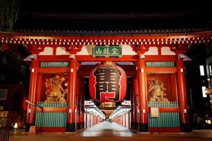 東京浅草の雷門の写真素材 [FYI01725698]